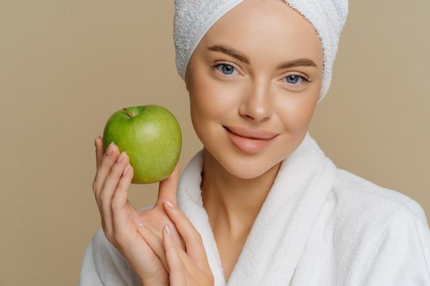 Mulher de olhos azuis com maquiagem mínima, tez bem cuidada, pele limpa e fresca vestida