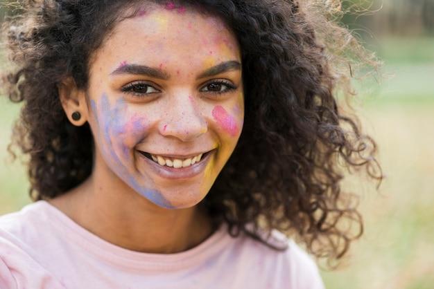 Mulher de olhos sonhadores, sorrindo no festival