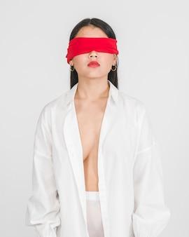 Mulher de olhos vendada posando vista frontal