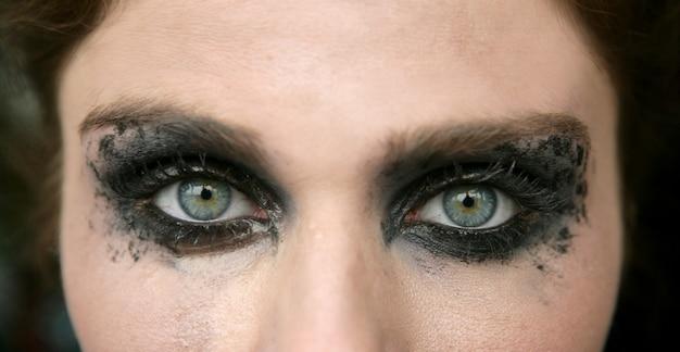 Mulher de olhos verdes, sombra de olho de maquiagem preta
