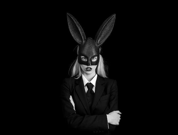 Mulher de páscoa com fantasia de coelho sexy.