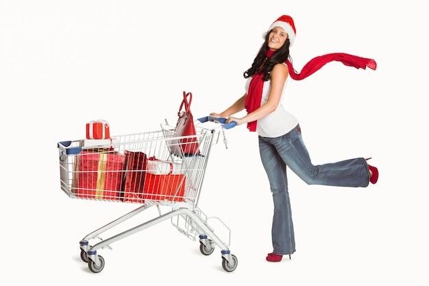 Mulher de pé com carrinho de compras