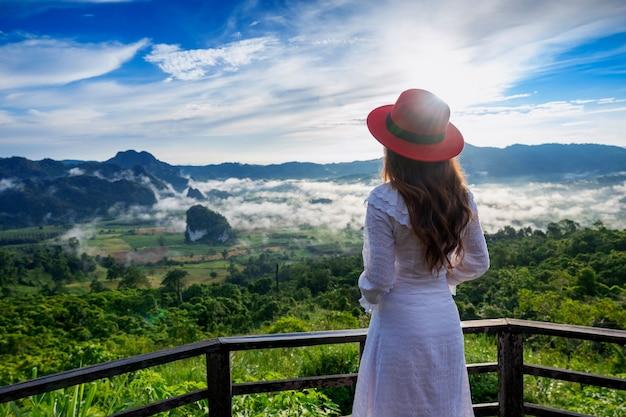 Mulher de pé em phu lang ka, phayao, na tailândia.
