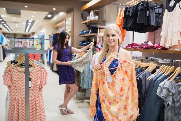 Mulher de pé na loja segurando um gancho