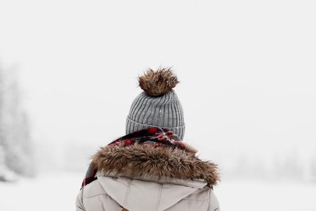 Mulher de pé no inverno