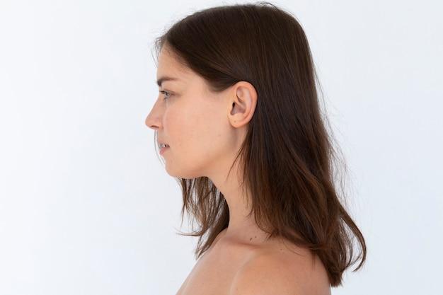 Mulher de peito nu em estúdio