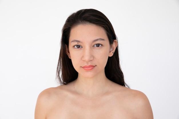 Mulher de peito nu em uma sessão de fotos de estúdio
