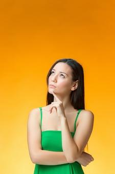 Mulher de pensamento em vestido verde
