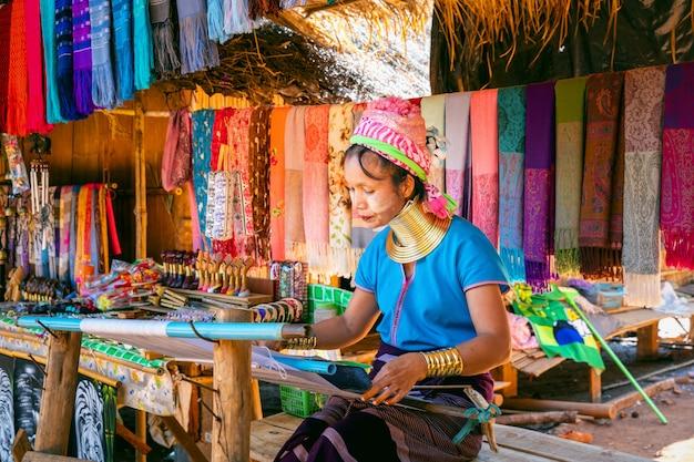 Mulher de pescoço longo karen em aldeias da tribo da colina, província de chiang rai, tailândia.
