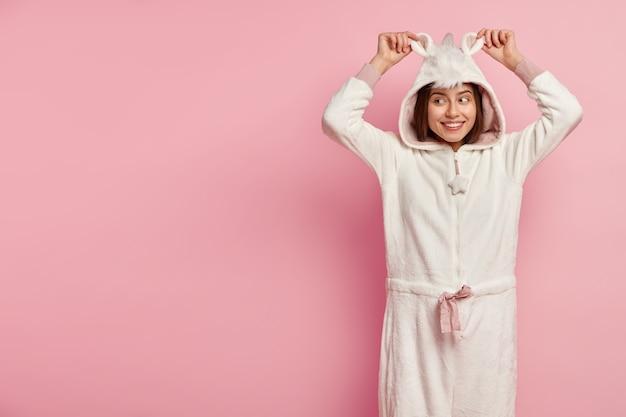 Mulher de pijama com orelhas de coelho