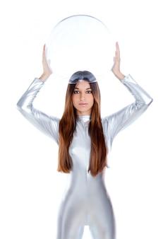 Mulher de prata futurista segurando o capacete de vidro