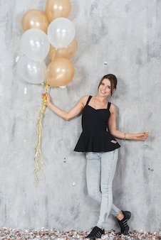 Mulher de preto com balões