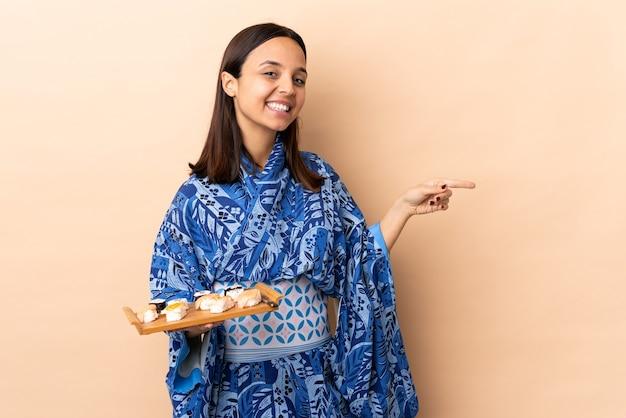 Mulher de quimono segurando sushi