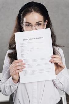 Mulher de recursos humanos segurando contrato
