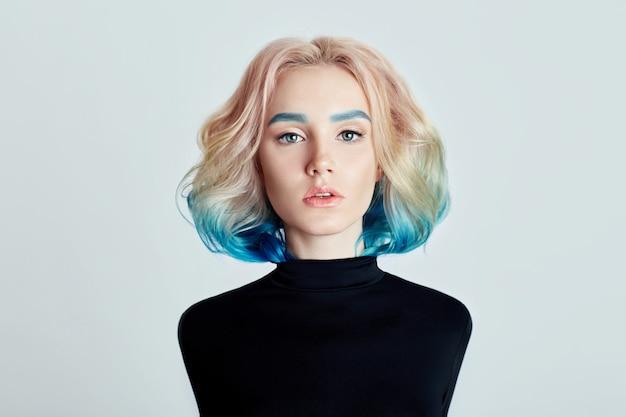 Mulher de retrato com cabelo voador colorido brilhante