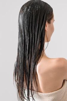 Mulher de retrato com cabelos tingidos