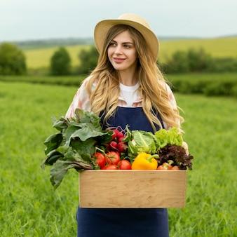 Mulher de retrato com cesta de legumes