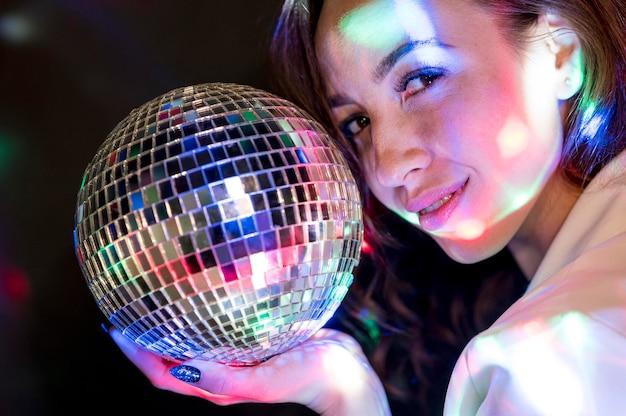 Mulher de retrato com globo de festa