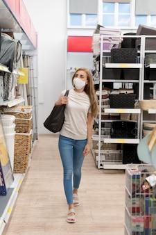 Mulher de retrato com máscara de compras