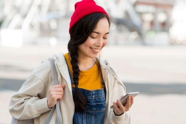Mulher de retrato com mochila, verificação móvel