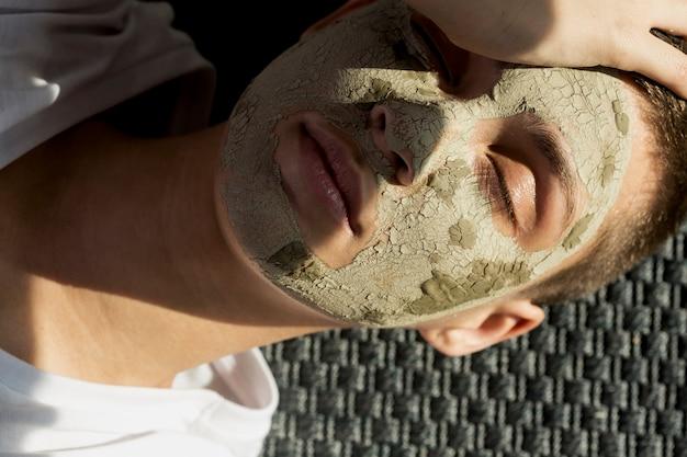 Mulher de retrato com tratamento de lama facial