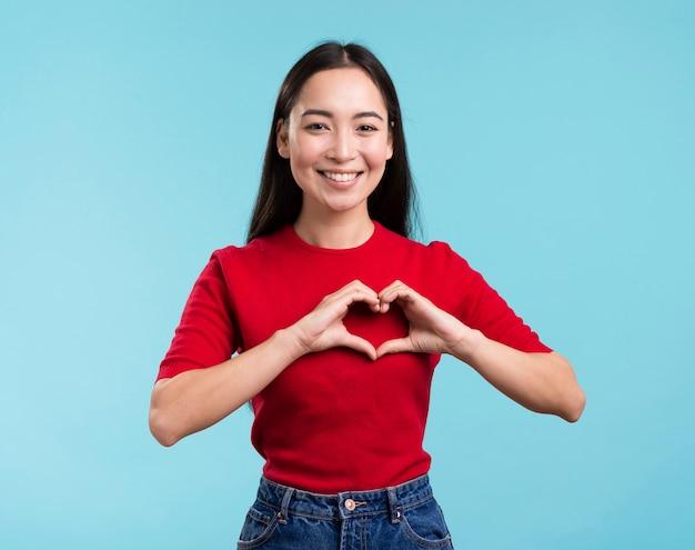 Mulher de retrato mostrando a forma do coração