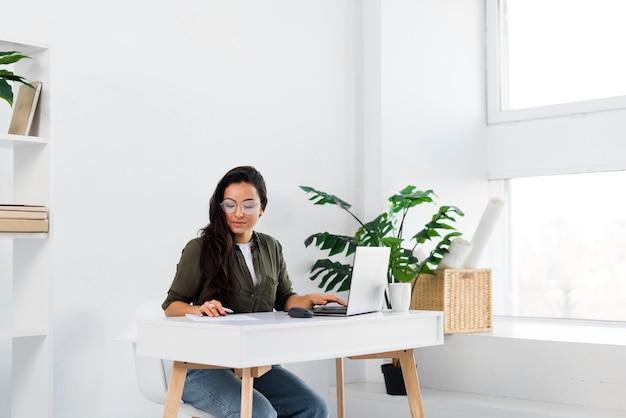 Mulher de retrato no escritório