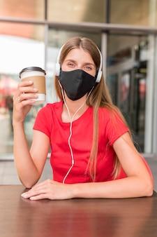 Mulher de retrato no terraço com máscara