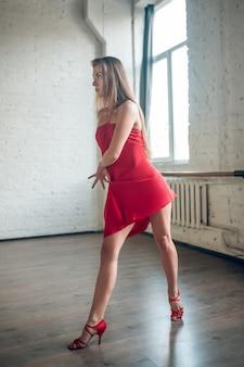 Mulher de salto alto apresentando dança