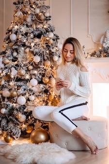 Mulher de saudações de família online de natal usa o telefone celular