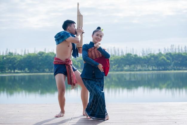 Mulher de seda lugar asiático jovem show