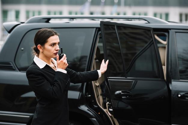 Mulher de segurança, verificando a área