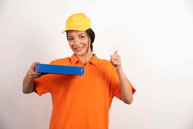 Mulher de serviço de entrega segurando uma caixa de papelão de pizza.