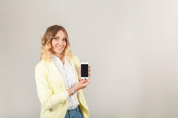 Mulher de smartphones apresentando