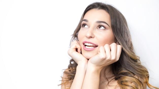 Mulher de sorriso bonita do retrato com os dentes saudáveis brancos.