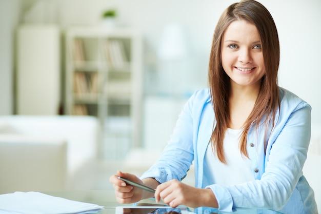 Mulher de sorriso com camisa azul
