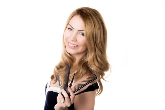 Mulher de sorriso com ferramentas barbeiros