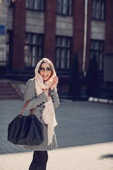 Mulher de sorriso com um lenço na cabeça