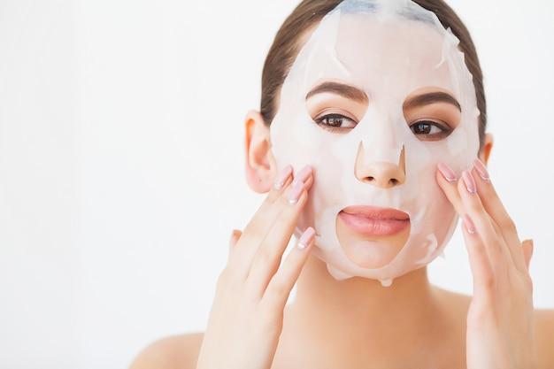 Mulher de spa, aplicação de máscara de limpeza facial, tratamentos de beleza