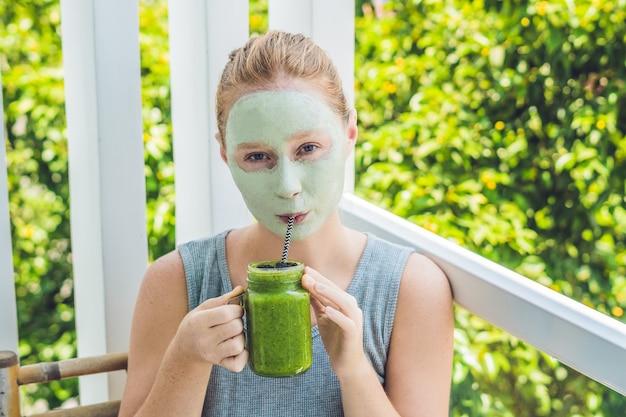 Mulher de spa, aplicação de máscara facial de argila verde.