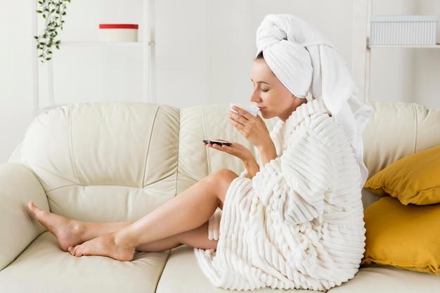 Mulher de spa em casa cheirando vista lateral de creme