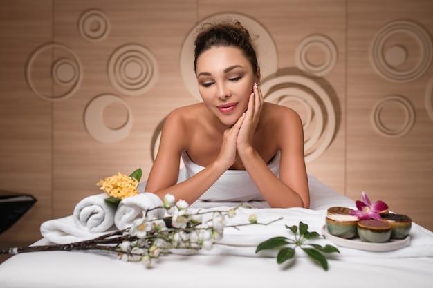 Mulher de spa. menina bonita depois de spa tocando seu rosto. pele perfeita