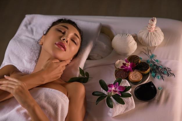 Mulher de spa. menina bonita depois de spa tocando seu rosto