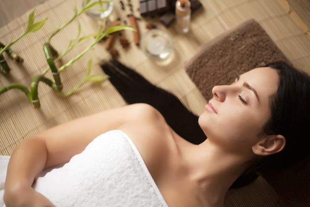 Mulher de spa. mulher bonita relaxante no salão spa.