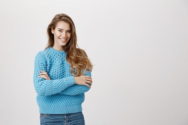 Mulher de sucesso confiante sorridente