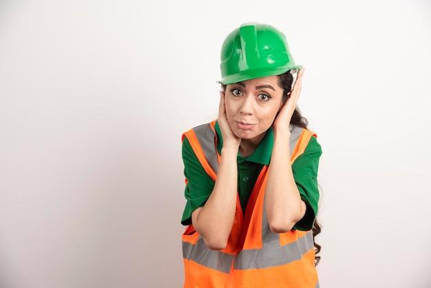 Mulher de sucesso usando uniforme de capacete. foto de alta qualidade