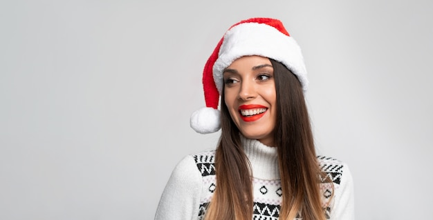 Mulher de suéter e chapéu de papai noel
