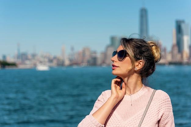 Mulher de suéter rosa posando em nova york