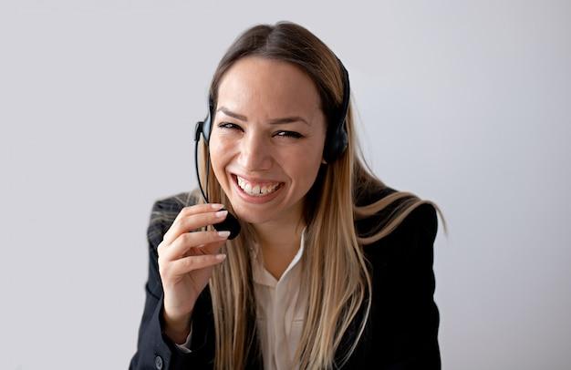 Mulher de suporte ao cliente no escritório