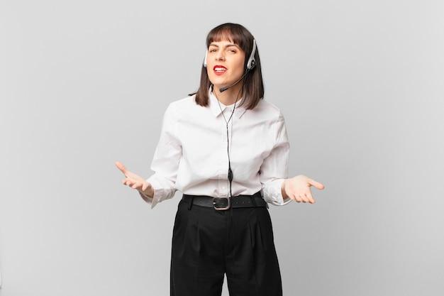 Mulher de telemarketing parecendo zangada, irritada e frustrada gritando wtf ou o que há de errado com você